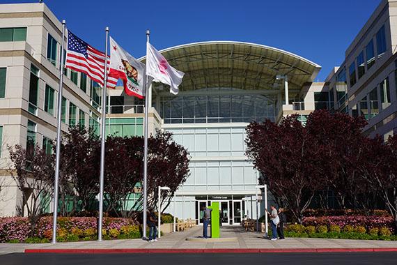 アップル本社のアップルストア アップル本社正面 国旗と社旗