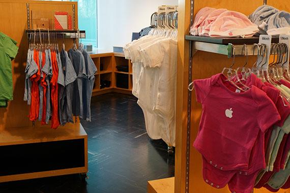 アップル本社のアップルストア ベビー服や子供服