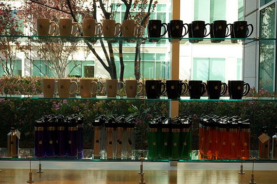 アップル本社のアップルストア マグカップとタンブラー