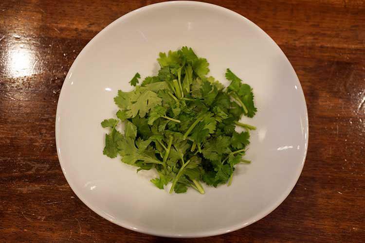 香草が苦手でなければ100円でパクチー盛りが追加できる。担担麺とパクチーの相性は抜群