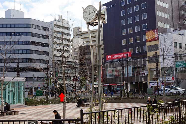 広場の向こう側にはフレッシュネスバーガー(赤矢印の場所)があるので、とりあえずそこまで行く