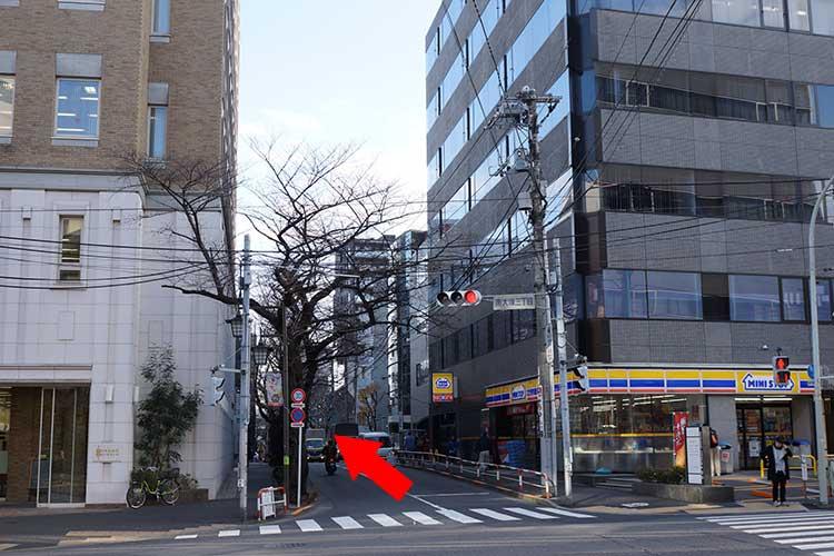 大通りに出てミニストップが見えるので横断歩道を渡り、直進して通り過ぎる