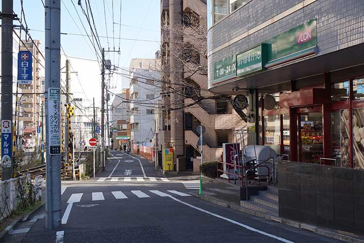 向原駅を下車して大塚方面に線路沿いに歩くと「まいばすけっと」というスーパーマーケットがあるため右折して3分ほど直進