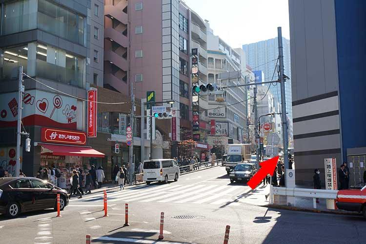 成蔵への行き方はJR線・西武新宿線・東西線の高田馬場駅下車の場合はBIGBOXのある早稲田口に出て、BIGBOXとおかしのまちおかの間の道を3分ほどまっすぐ歩く