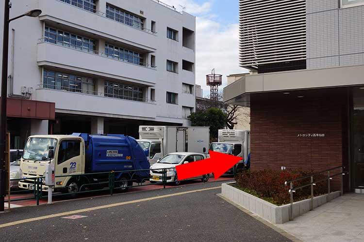 成蔵への行き方は2番出口から右に曲がると「メトロシティ西早稲田」という建物があるので、この横の道をまっすぐ8分ほど歩く
