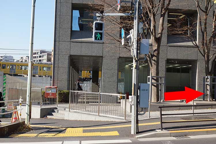西早稲田駅から8分ほど歩くとポストと横断歩道があるので横断歩道を渡り、右折して1分ほど歩けば成蔵に着く