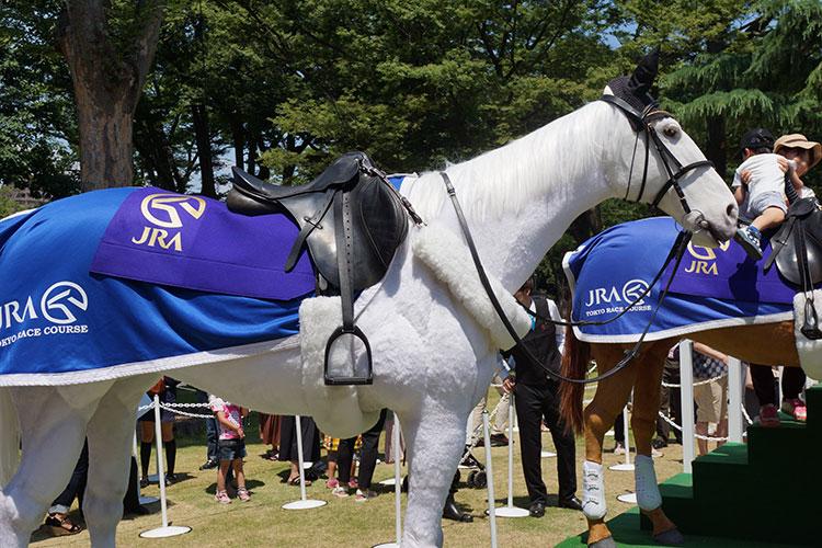 安田記念 馬ロボ祭 よくできていて動きもあるので、よく見ないと本物に見える