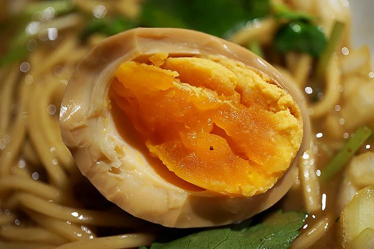 麺屋ねむ瑠 半熟煮玉子にも烏賊煮干の味がしみ込んでいて非常に美味
