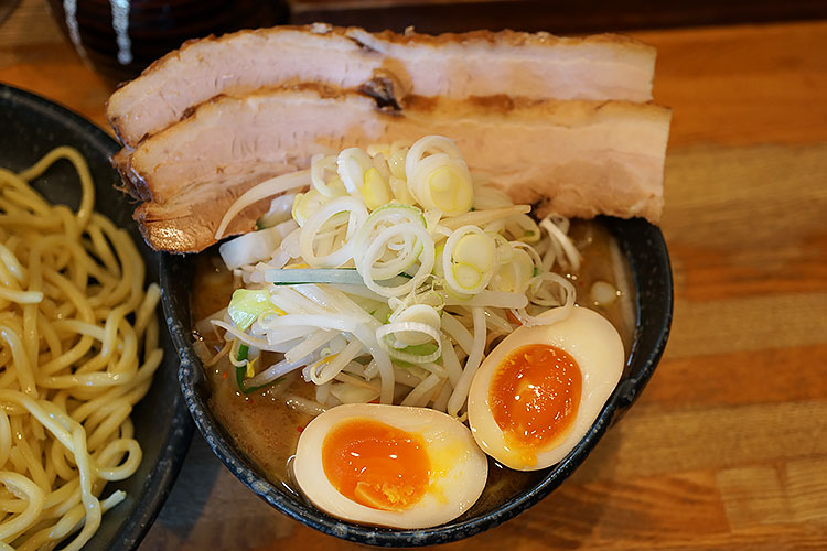 つけ麺道たけし 醤油つけ麺と三品盛(チャーシュー、味付玉子、野菜)