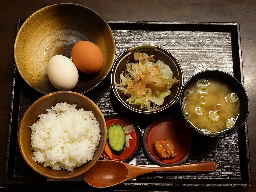 「TKGおおまくれ御膳」には味噌汁、お新香、野菜、キャベツ&もやし、選べるトッピングが付く。