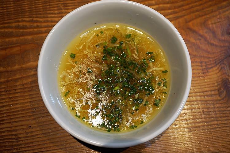 自家製麺 RAMEN 進化 付け汁のスープは黄金色でキラキラしていて塩の旨味が濃いがしょっぱいということはなく絶妙な味加減