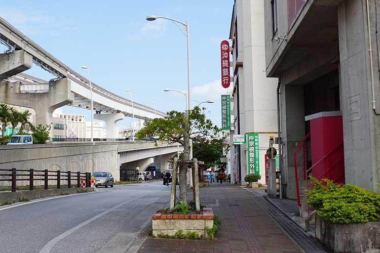 安里駅から赤い沖縄銀行の看板があるのが北方面