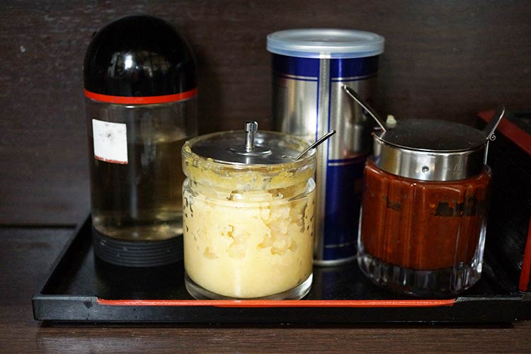中華そば べんてん 調味料 酢、コショウ、にんにく、豆板醤