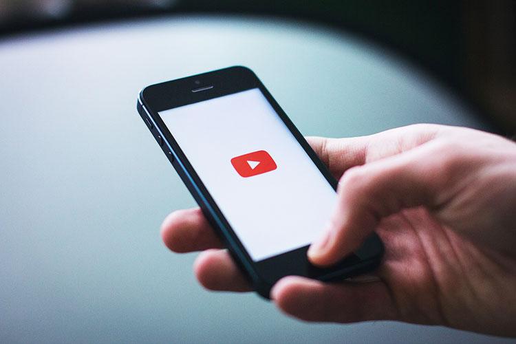 Webサイトの背景にYouTube動画を再生する方法とSafariでの注意点