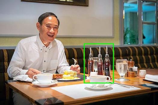 パンケーキを食べる菅官房長官の目の前にあるメープルシロップ