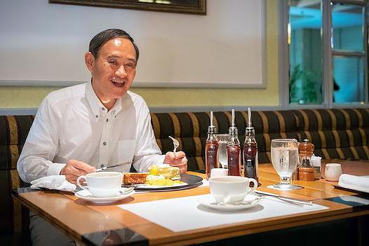 おやつにニューオータニの3000円超えのパンケーキを食べる菅官房長官