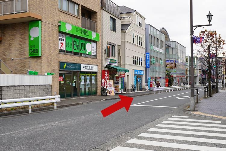 しば田への行き方は改札口を出たら左斜め前方の三井住友銀行のある方の道をホームセンターのところまで直進