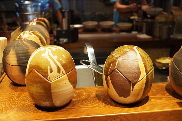 人類みな麺類 東京本店 カウンター席の恐竜の卵のオブジェ