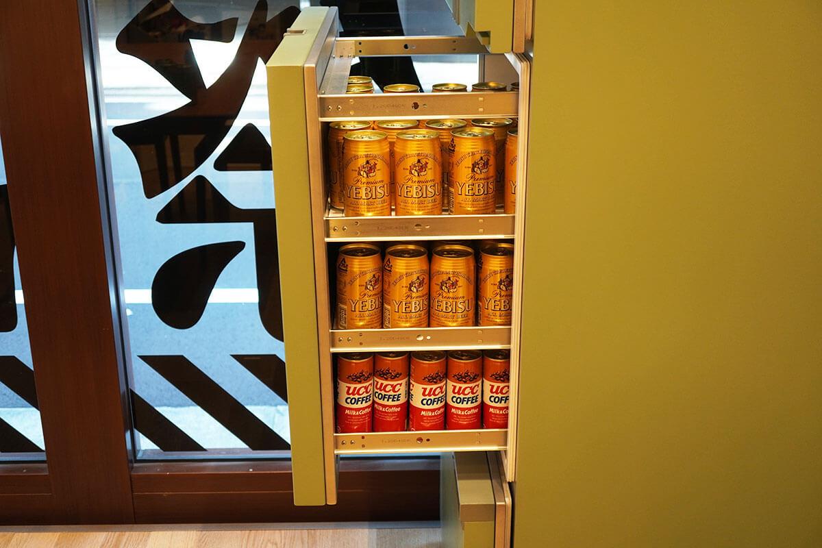 ミサトの部屋 冷蔵庫の中のエビスビールとUCCコーヒー